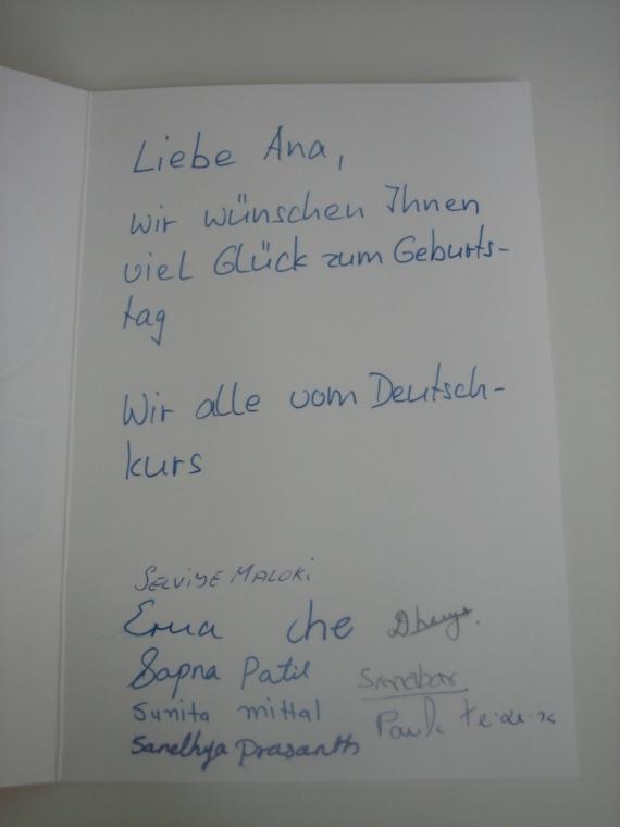 Dentro a mensagem: Querida Ana, desejamos à você muitas felicidades no seu aniversário. De todas nós do curso de alemão.
