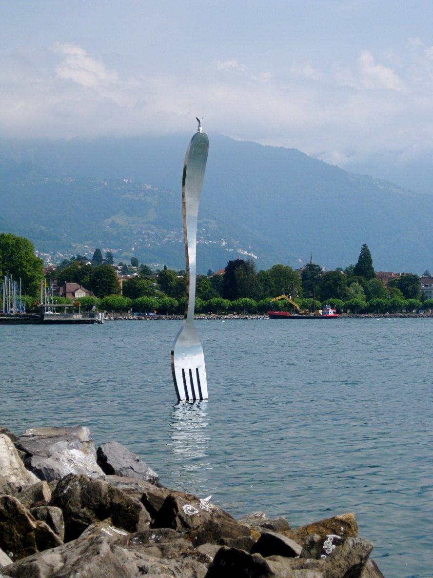 O garfo no Lago Léman, em frente ao Museu da Alimentação (Fonte: http://www.myownsweetthyme.com/)
