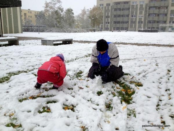 Esta foi a neve que caiu no dia do meu aniversário, no final de outubro. Marido e filha montando o boneco de neve.