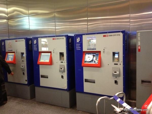 Máquinas onde também se pode comprar as passagens de trem. Tem opção em inglês/alemão/francês/italiano.