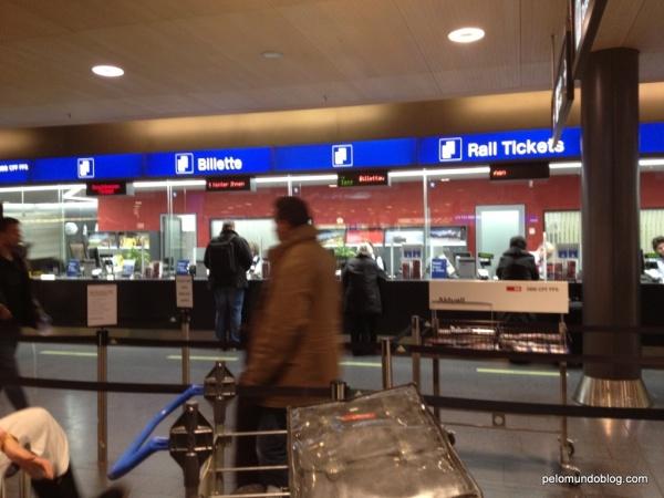 Balcão da SBB onde é possível comprar passagens. Fica no mesmo andar do check-in 3.