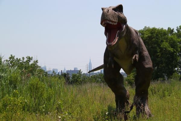 Veja no atrás do T-Rex o Empire State.