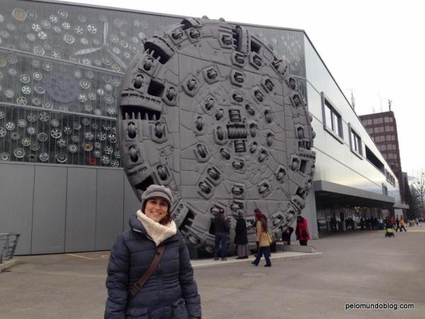 """Esta """"roda"""" foi utilizada para fazer o novo túnel Gotthard. Em 2010 foi concluída a escavação. O tráfego no túnel será aberto somente em 2017. Ele será o maior túnel do mundo."""