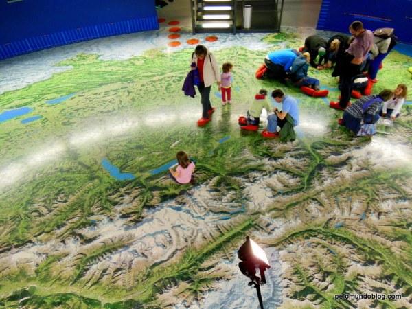 Este é um mapa de toda Suiça (estilo google maps). Pessoal procurando os lugares. A gente achou a nossa casa. :)