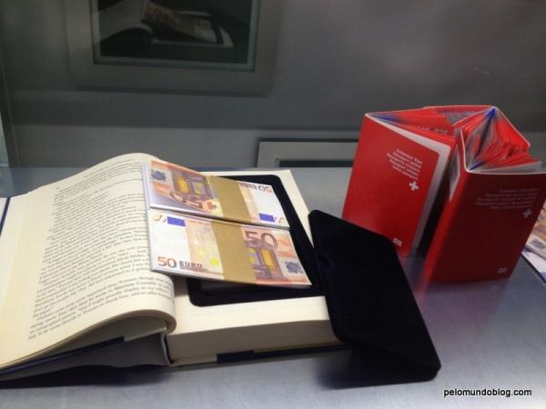 Dinheiro dentro de fundo falso de um livro.