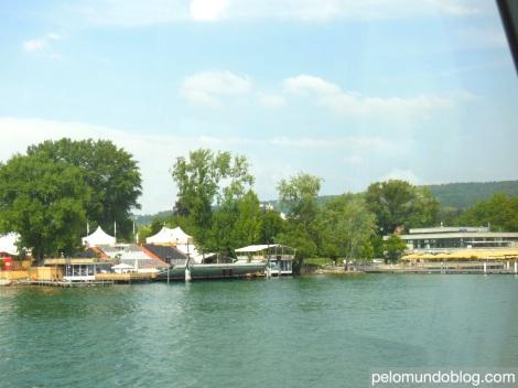 No verão existem em algumas cidades o cinema ao ar livre. Em Zürich ele fica na beira do lago.