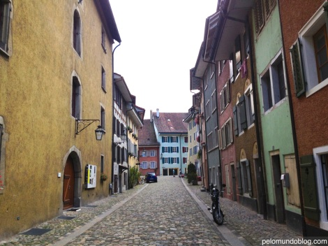 A parte antiga da cidade que fica do lado do rio Limmat.