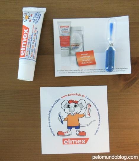 Kit que a dentista entregou para cada criança . A escova de dente e um copinho ficaram na escola.