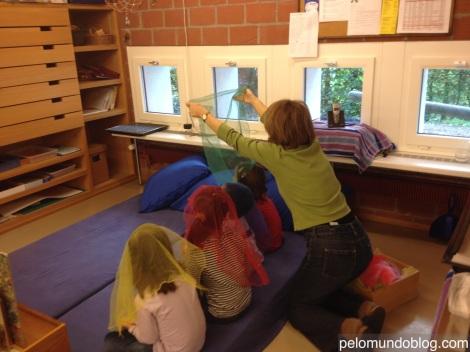 Uma das professoras brincando com algumas crianças, enquanto a turminha ainda não estava completa.