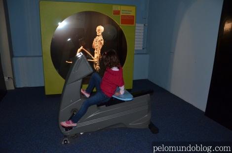 Ana Julia vendo como o corpo se movimenta quando pedala.