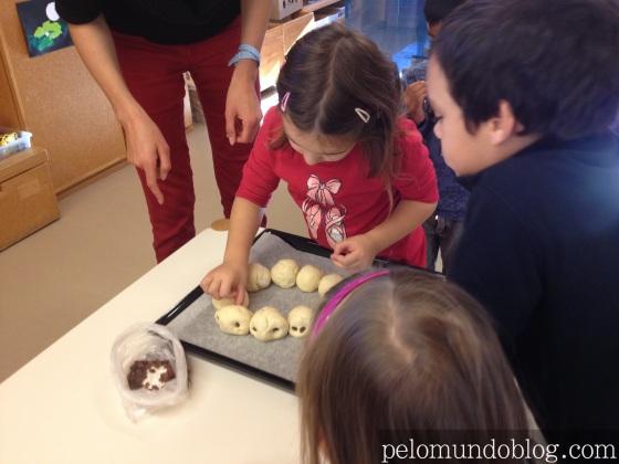 Ana Julia fazendo pão de lagarta no Kindergarten.