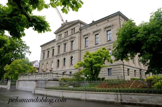 Prédio do governo cantonal onde é emitido a identidade, vistos e passaportes (de cidadãos suíços) para os residentes do cantão de Zug. Nele também fica a área de comunicação do governo cantonal.