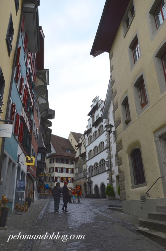 O prédio branco à direita é a prefeitura. Ela foi construída em estilo gótico, entre 1505-1509.