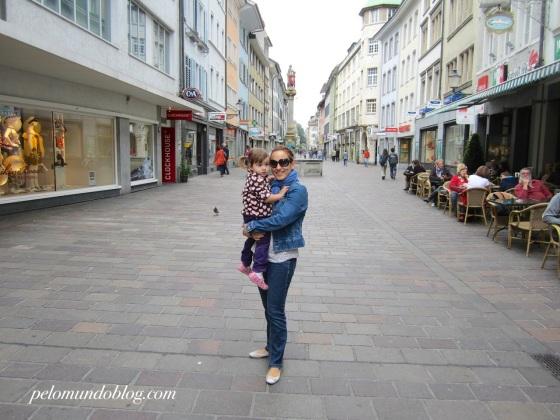 Eu e Ana Julia no calçadão (Marktgasse), quando fomos pela primeira vez em Winterthur.