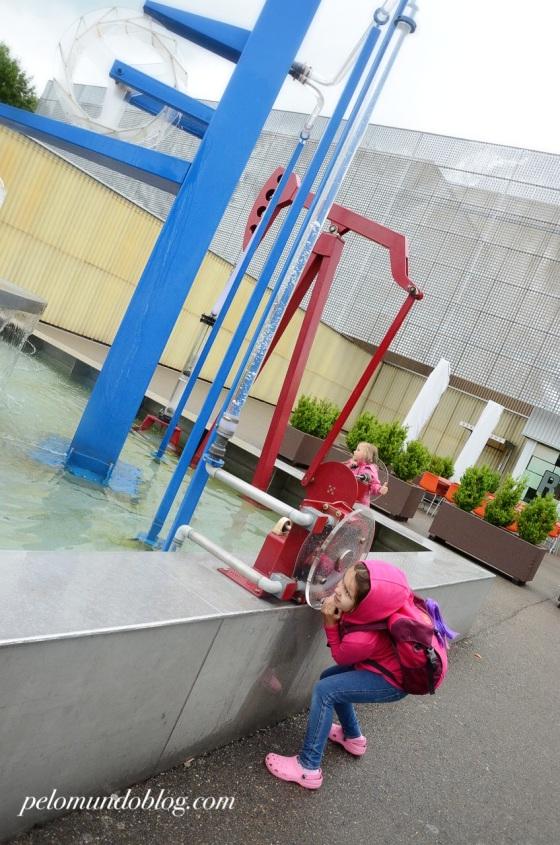 Ana Julia brincando na entrada do Tecnorama.