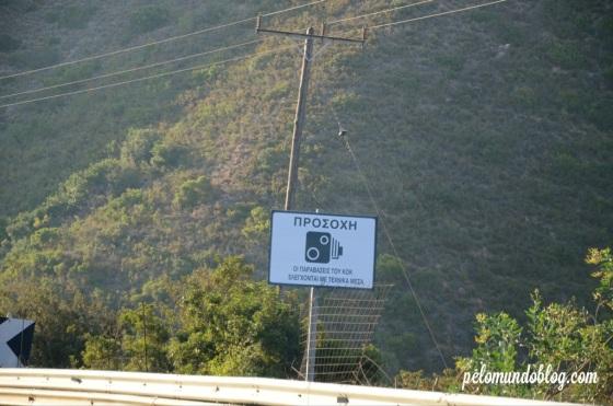 Placa de radar na rodovia.