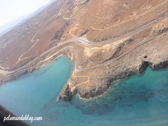 Aterrissando. A cabeceira da pista é do lado do mar.