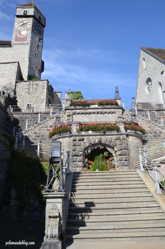 Escadaria e a torre da catedral.