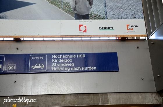 As placas na estação de trem que indicam a direção do Zoo.