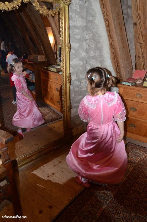 Ana Julia fazendo pose na frente do espelho.