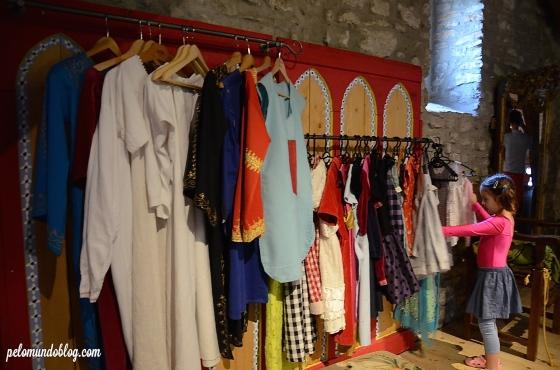 As roupas de príncipes e princesas no museu da criança.