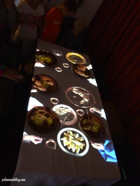 Projeções mostram a mesa na hora da refeição, durante a Idade Média.