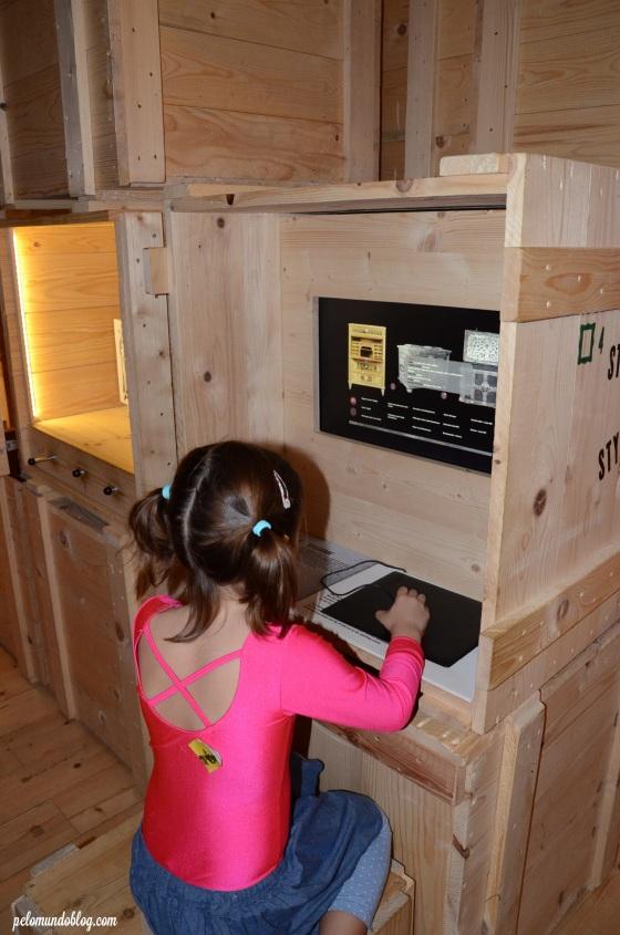 Ana Julia vendo os modelos dos móveis.