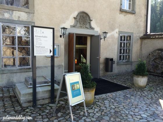 Lojinha que vende imagens  e vinho feito em Einsiedeln.