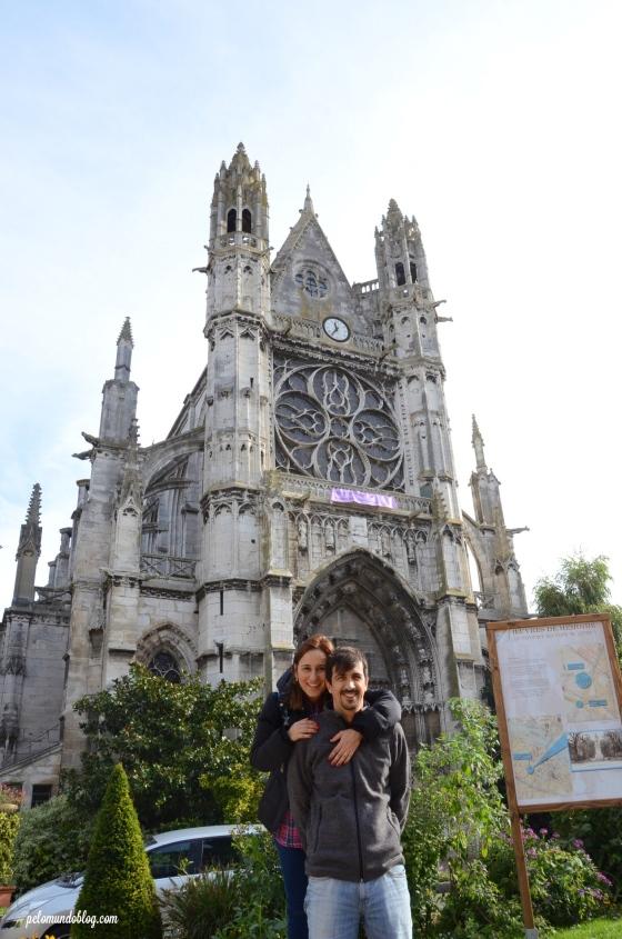 Eu e marido na frente da igreja Notre Dame.