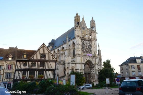 À esquerda o escritório de informações turísticas e à direita, Notre Dame.