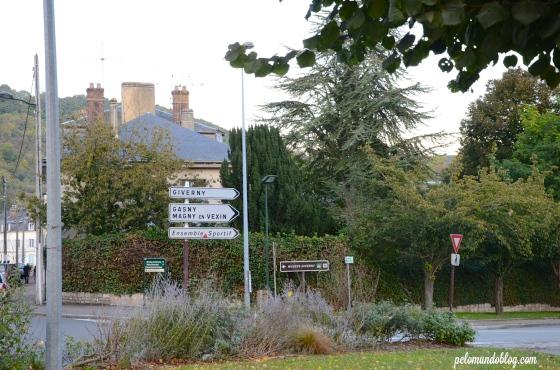 Saindo de Vernon, esta placa você encontra logo após cruzar a ponte do rio Sena.