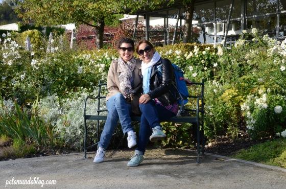 Com minha amiga Mayra no jardim do Museu de Impressionismo.