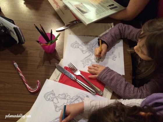 No verso da folha do Kinder Menu tem um desenho para pintar.