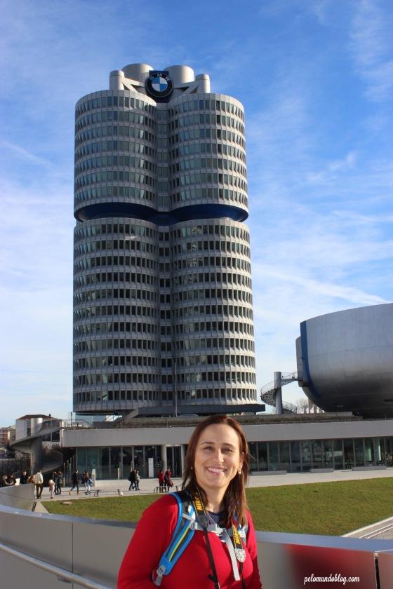 Em frente ao prédio da BMW, em Munique.