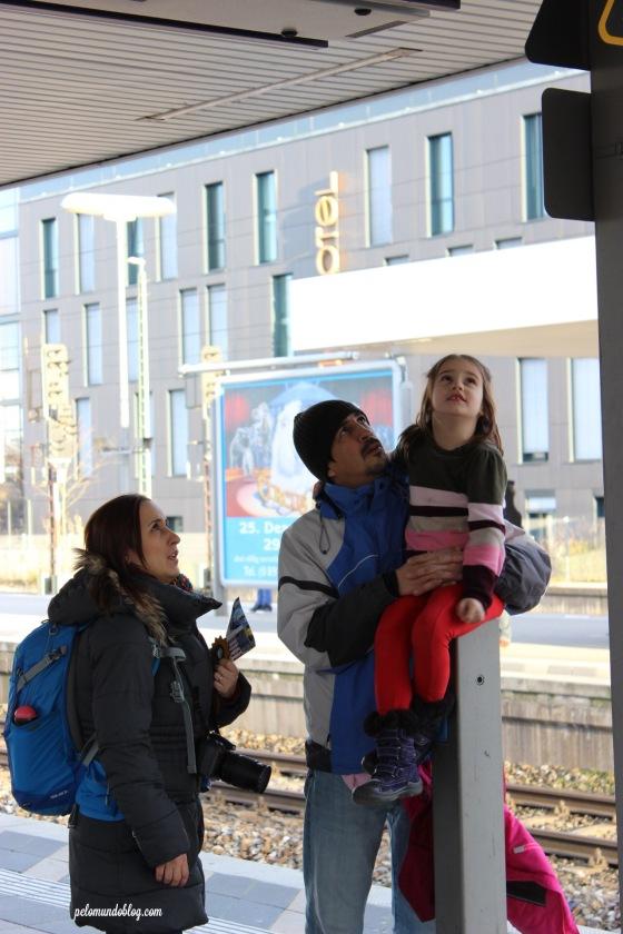 Família reunida verificando os horários do trem.