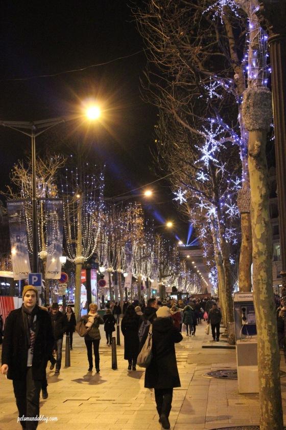 Muita gente na Champs-Elysées.