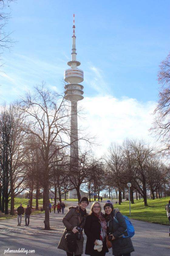 Eu e minhas amigas no Olympiapark. Ao fundo a Torre.