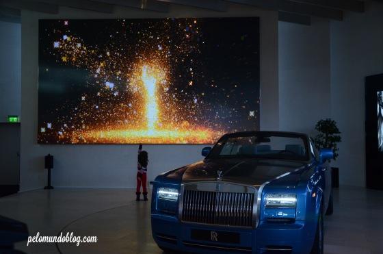 Ana Julia brincando com o painel da Rolls Royce.