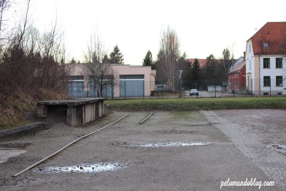 Em frente ao portão de entrada ainda pode-se ver os trilhos dos trens que traziam os prisioneiros.