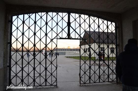 """A entrada sem o portao que dizia: """"Arbeit macht frei."""", que quer dizer: o trabalho liberta. Este portão foi roubado em novembro de 2014."""