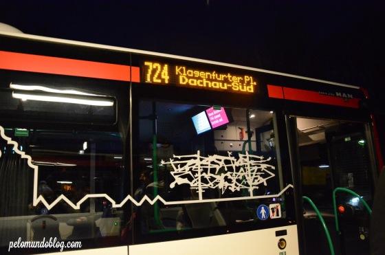 No ônibus que pegamos para voltar à estação de Dachau. A figura de um dos monumentos também estava presente alí.