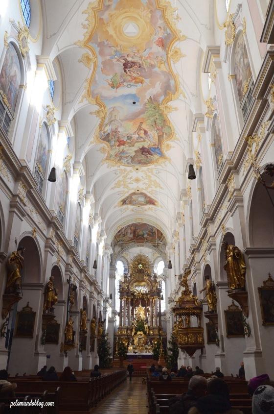 O interior da igreja St. Peter.