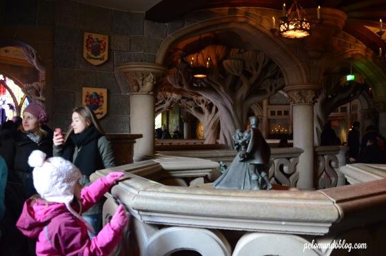 Passeando dentro do castelo.