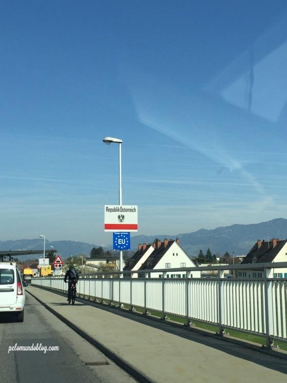 Atravessando a fronteira entre Suíça e Áustria.