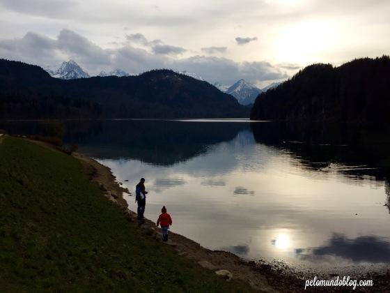Marido e filha dando comida para os patos no lago (Alpsee).