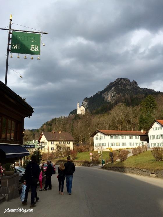 Aqui é de onde saem as charretes para subir até o castelo Neuschwanstein.