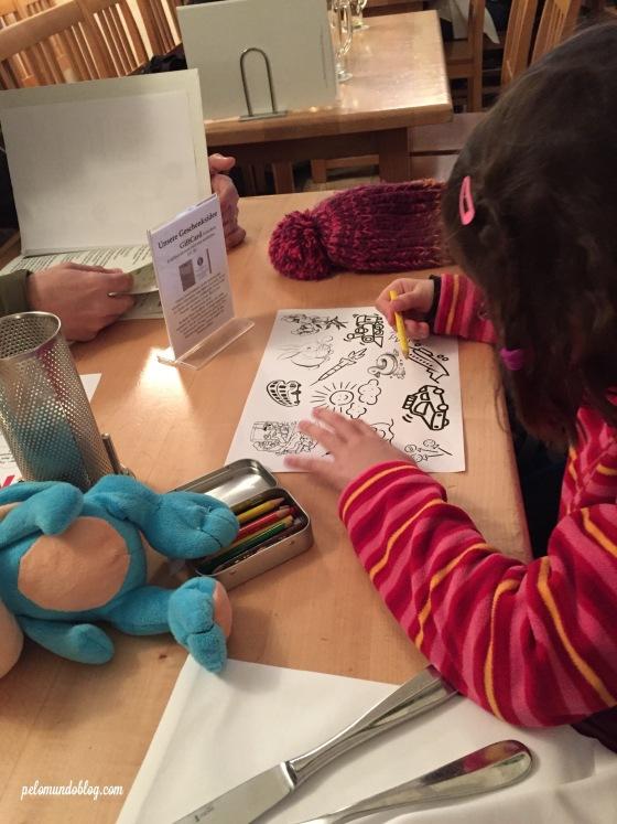 Trazem desenho e lápis para as crianças.