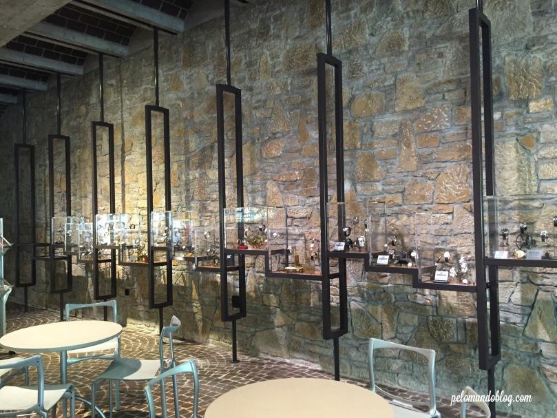 No hall de entrada tem modelos de relógios das marcas que patrocinam o museu.