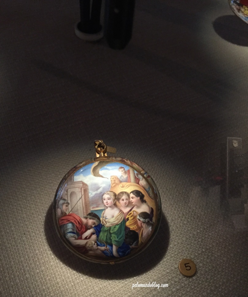 Relógio em porcelana, usado na Grécia no século 16.