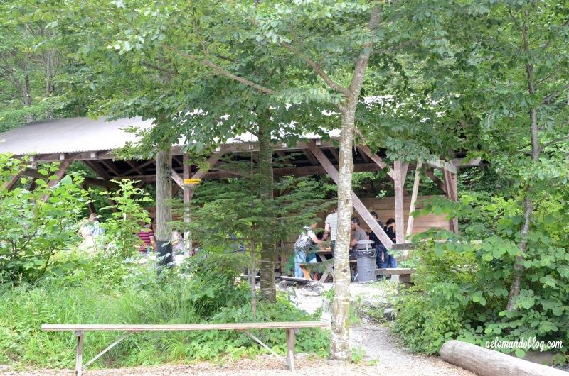 Mesas na área coberta.